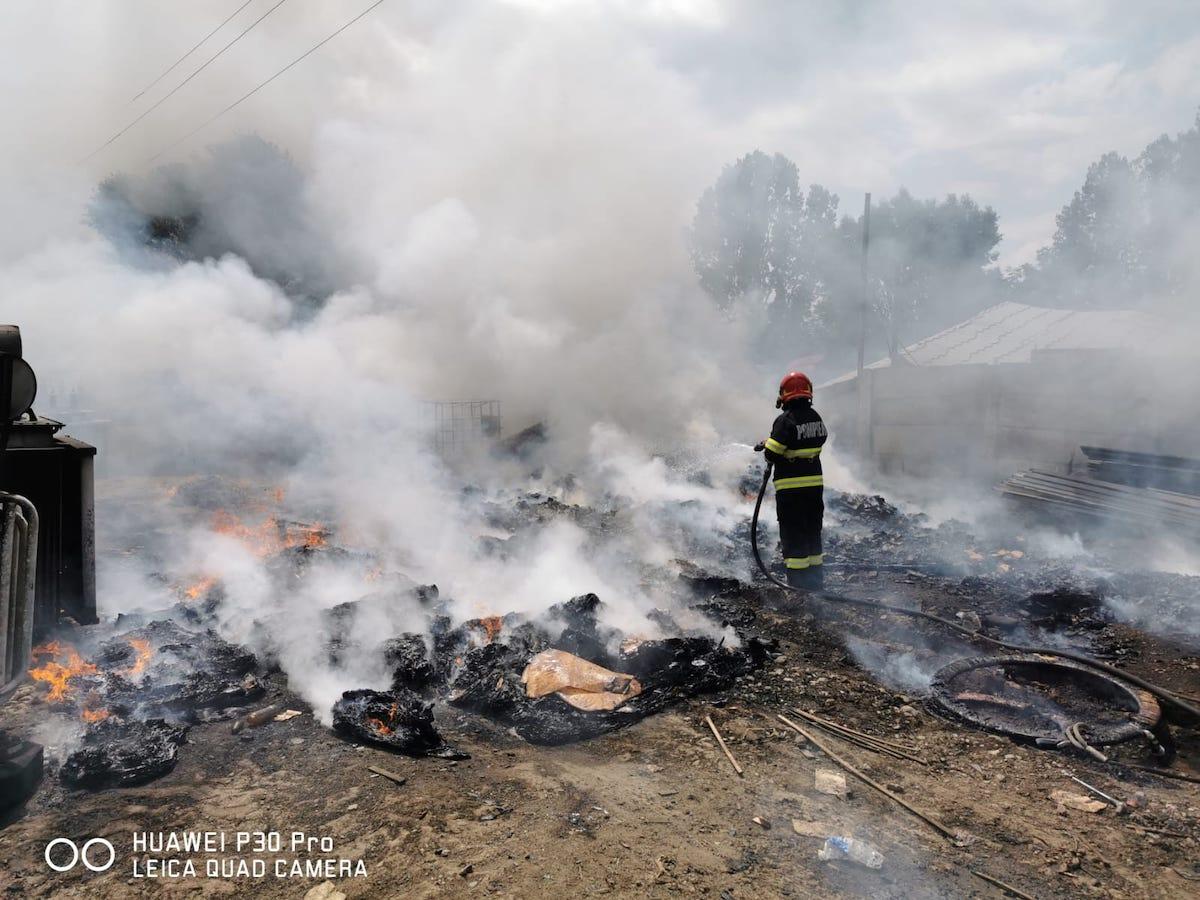 Fum gros pe Ștefan cel Mare, de la deșeuri plastice în flăcări - FOTO