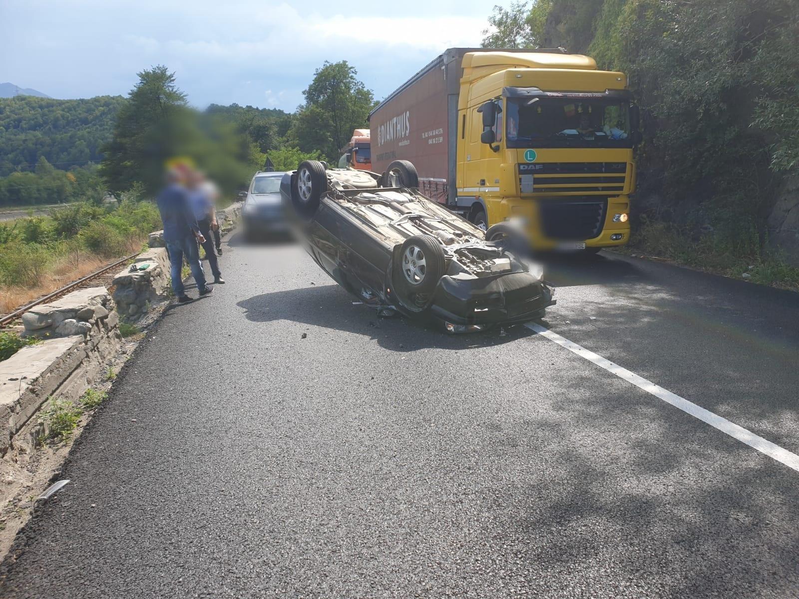 Mașină răsturnată pe Valea Oltului. Trafic îngreunat