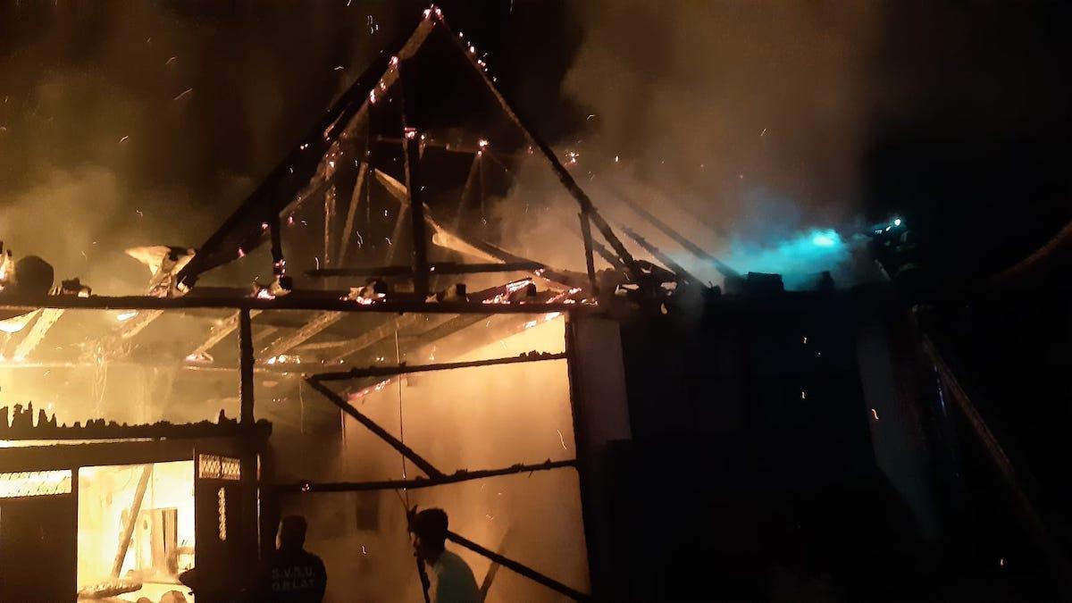 Incendiu de proporții azi-noapte, într-o gospodărie din Orlat – FOTO