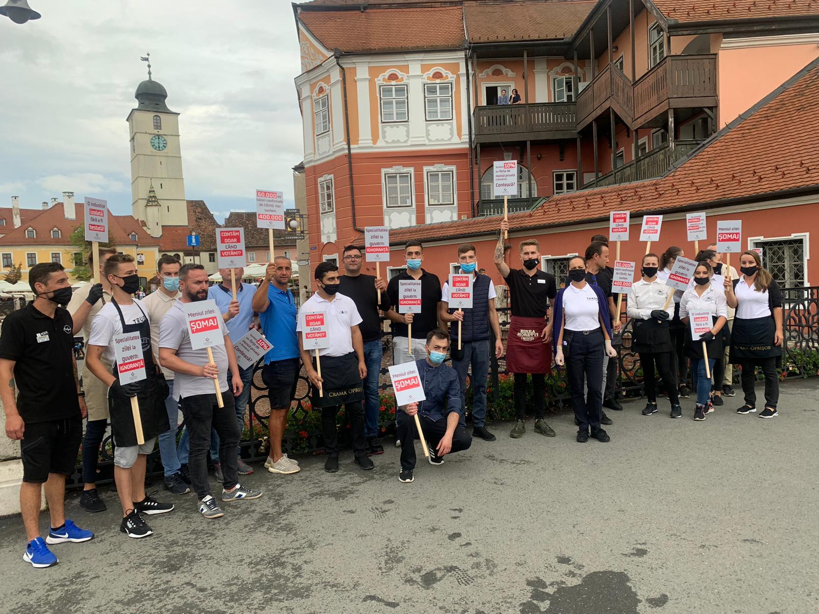 """FOTO Zeci de sibieni au protestat în centru: """"Domeniul Horeca a fost dat uitării de către domnul Orban"""""""