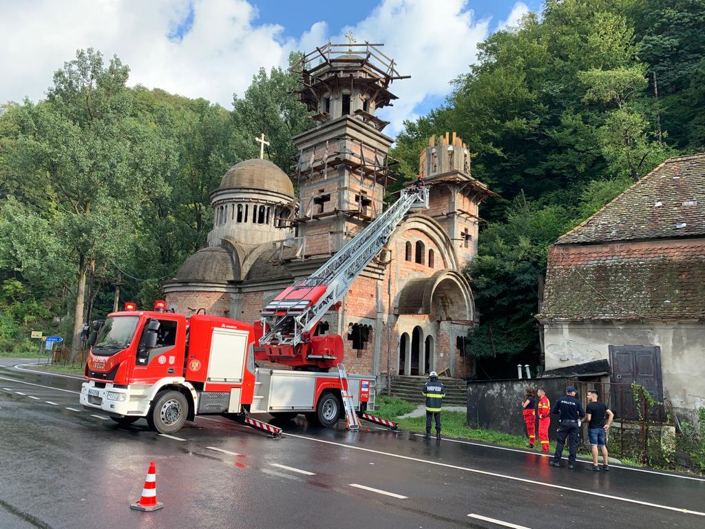 Un bărbat a murit după ce a căzut de pe cupola unei biserici