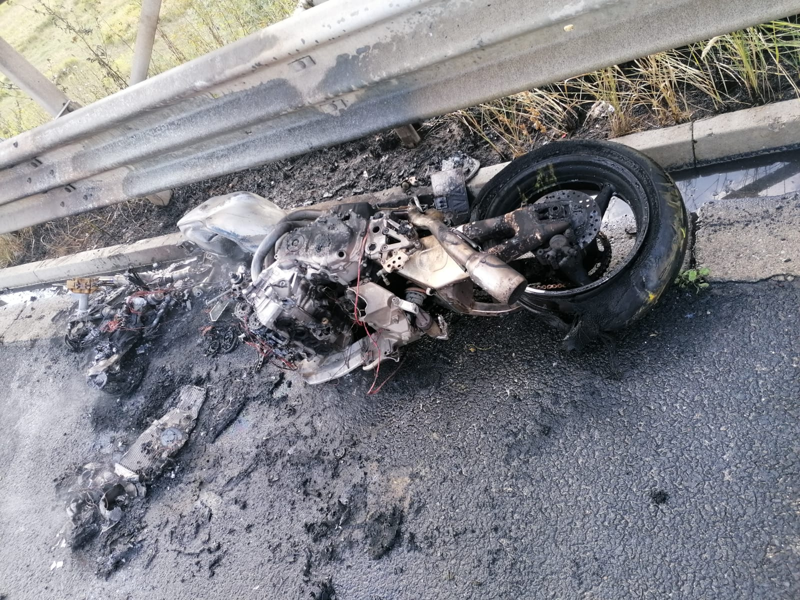 O motocicletă a luat foc pe A1, din cauza unui scurtcircuit