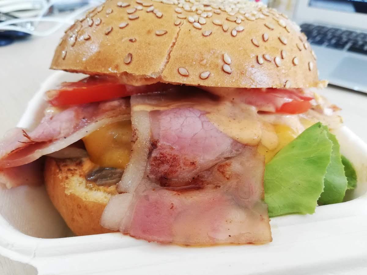 Am mâncat burgerul casei, de la Burger House. A fost banal