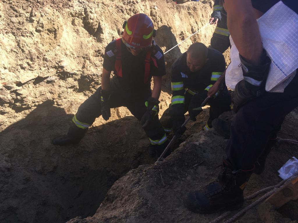 Un tânăr muncitor a decedat, după ce a fost prins sub un mal de pământ