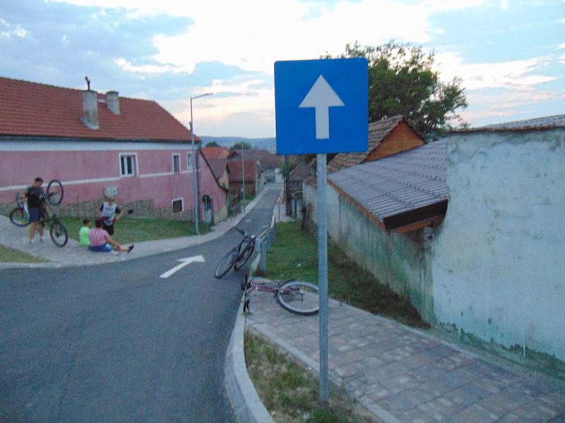 FOTO-Indicatoare amplasate neclar în Avrig, semnalate de un turist nemulțumit