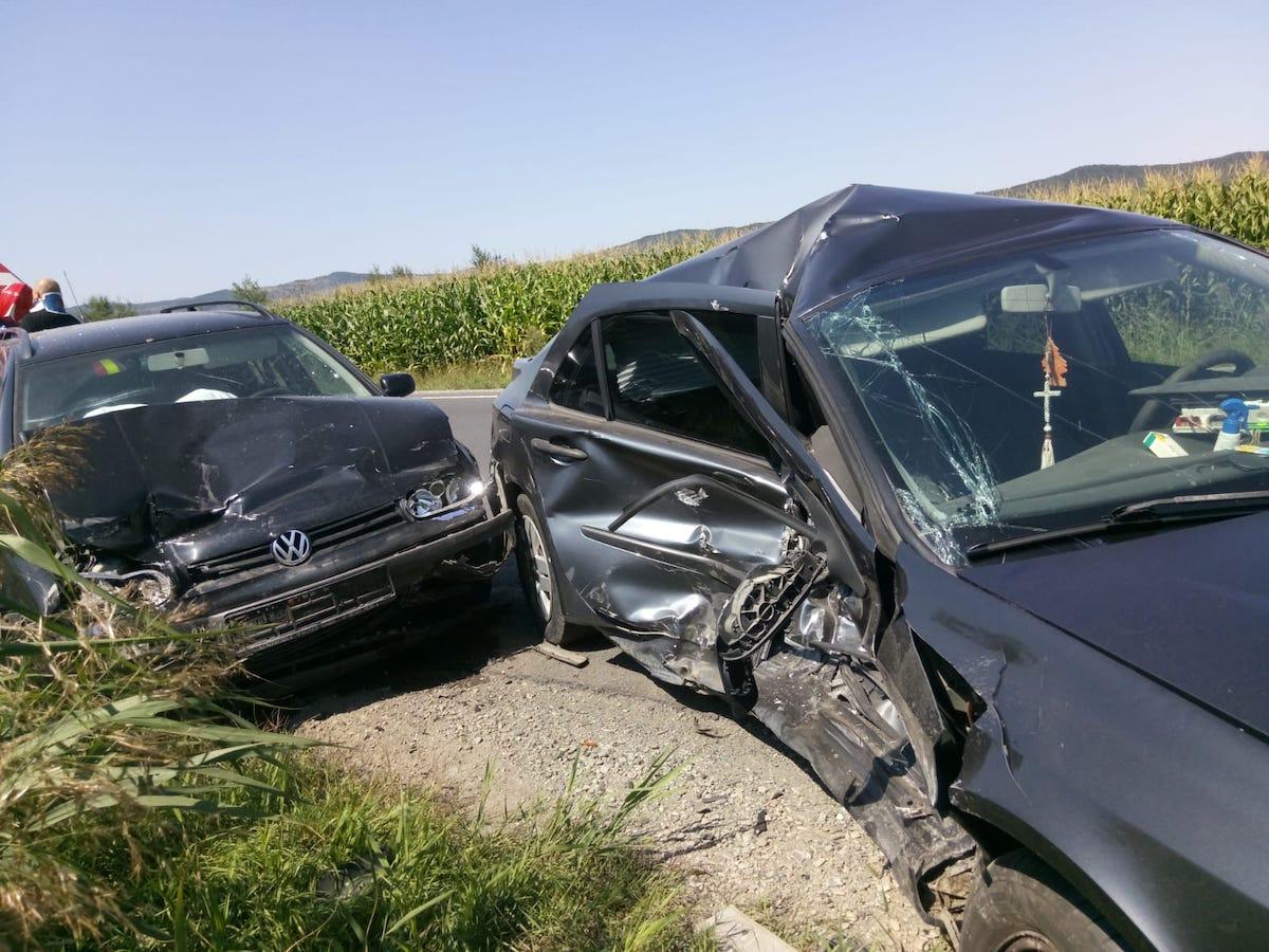 Accident la Porumbacu: În loc să lovească mașina din față, un șofer a preferat să intre pe contrasens