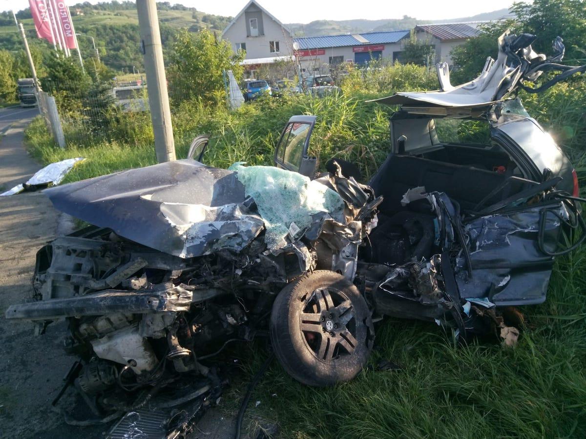 Un tânăr a murit, după ce a intrat cu mașina într-un TIR. Cauza: viteza excesivă în curbă