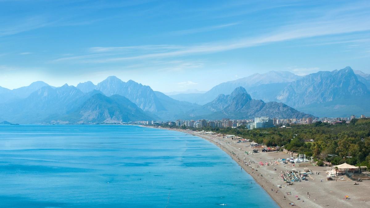 Air Bucharest reia zborurile de la Sibiu către Turcia și Egipt