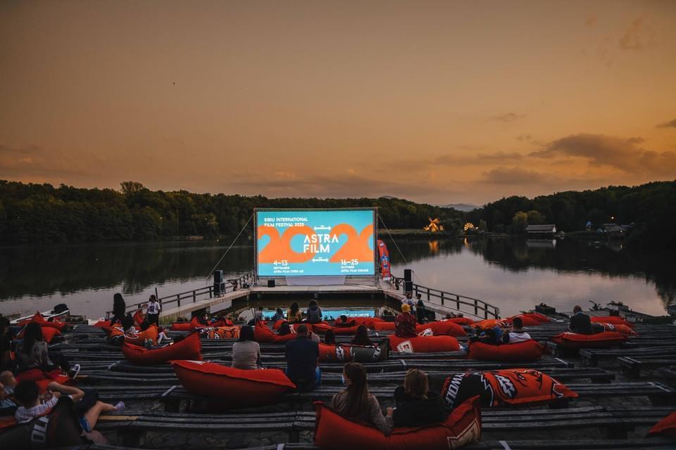 """Dezbatere la Astra Film Festival după un film nerecomandat minorilor """"În plasa prădătorilor sexuali"""", de VítKlusák, BarboraChalupová, un film șocant care scoate la iveală abuzurile online asupra minorilor"""