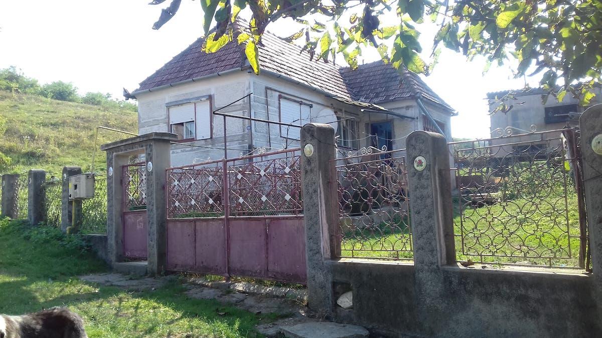"""Un sibian oferă """"unei familii cumsecade"""" o casă la țară, spre folosință gratuită"""