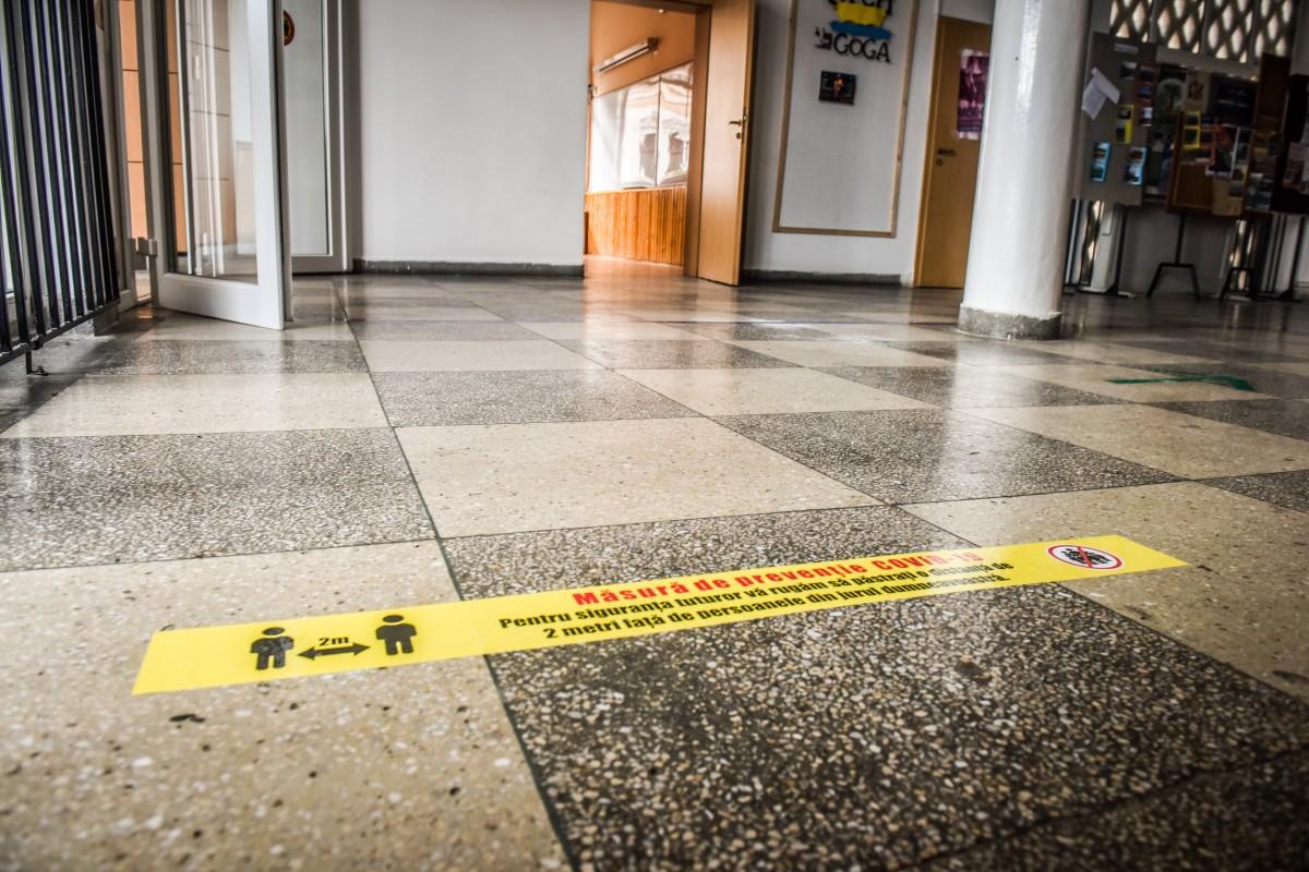 Sfaturile autorităților pentru elevi: două dezinfectări ale mâinilor la întoarcerea acasă, distanță de cel puțin 1,5 metri, în recreație