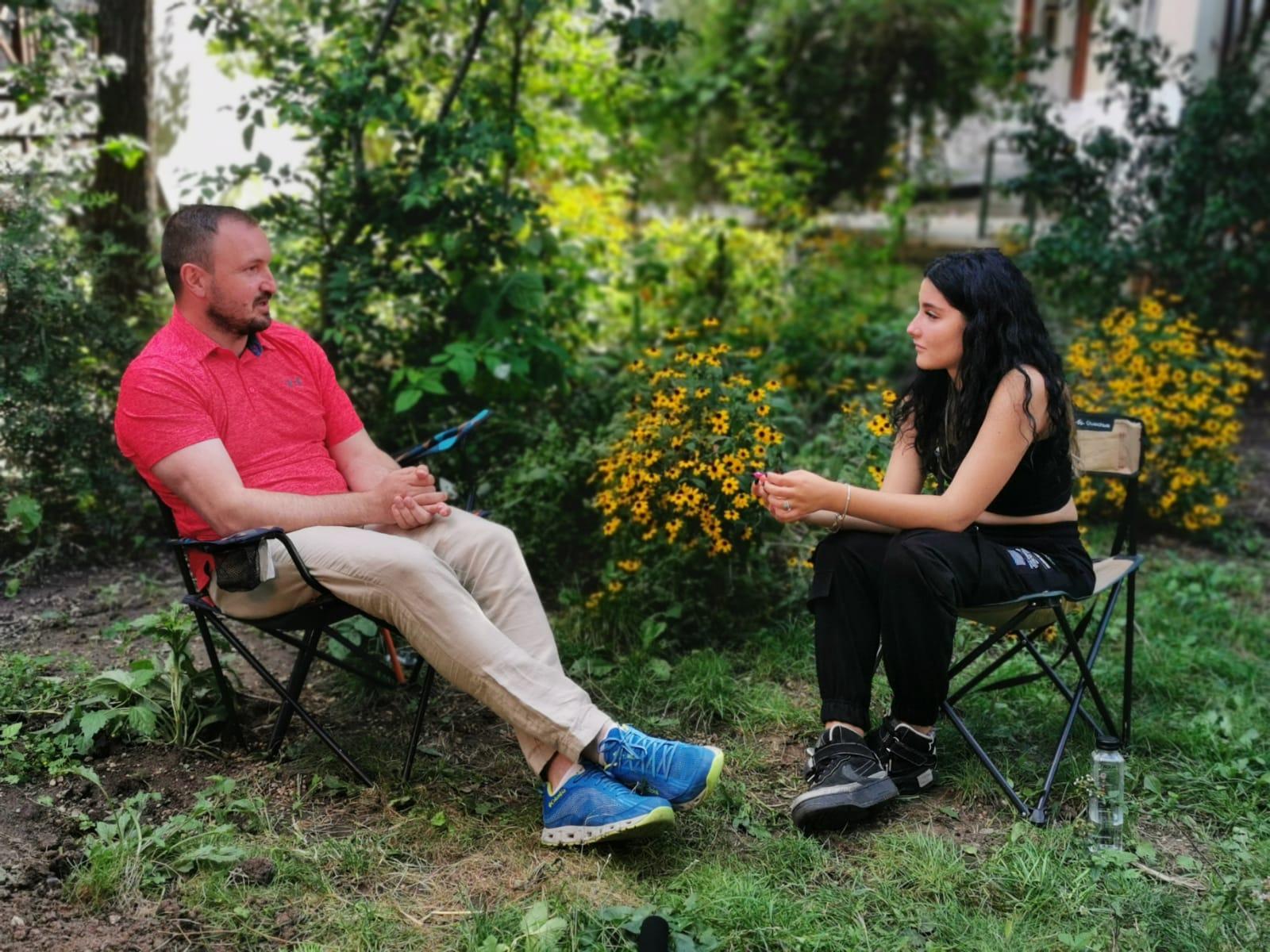 """Adrian Bibu și Andreea Teodorescu, vloggerita de aproape 200 de mii de urmăritori, despre cât de """"mort"""" este Sibiul pentru tineri"""