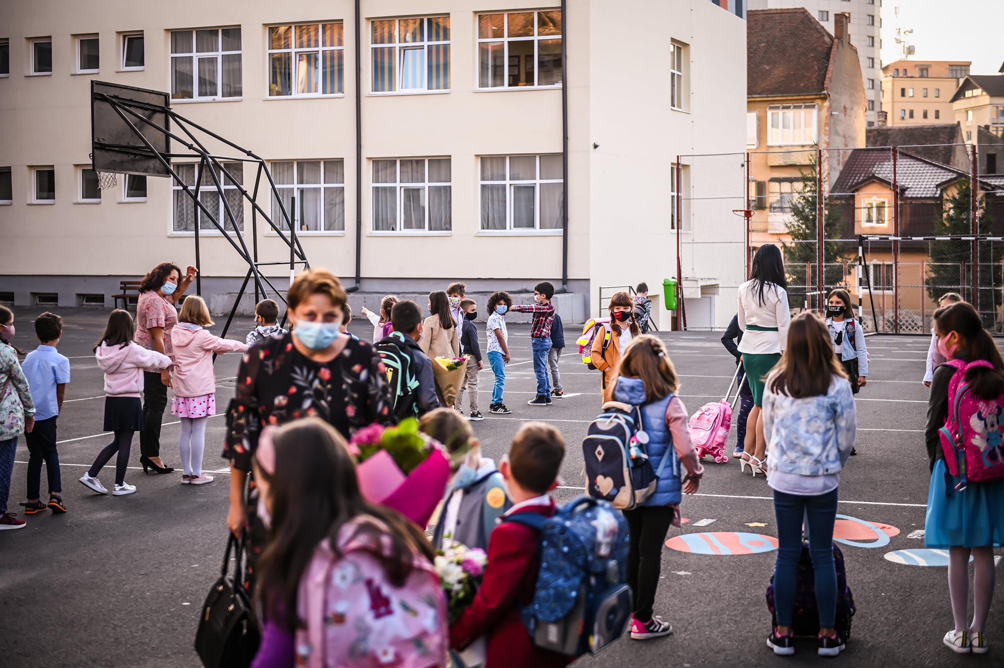 După prima zi de școală la Sibiu: trei profesori, un angajat și un elev, confirmați cu Covid-19. 70, în izolare
