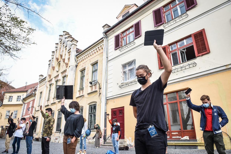FOTO/Flash mob în centrul Sibiului pentru elevii de la sate: Autoritățile să-și deschidă ochii, să asculte vocile elevilor