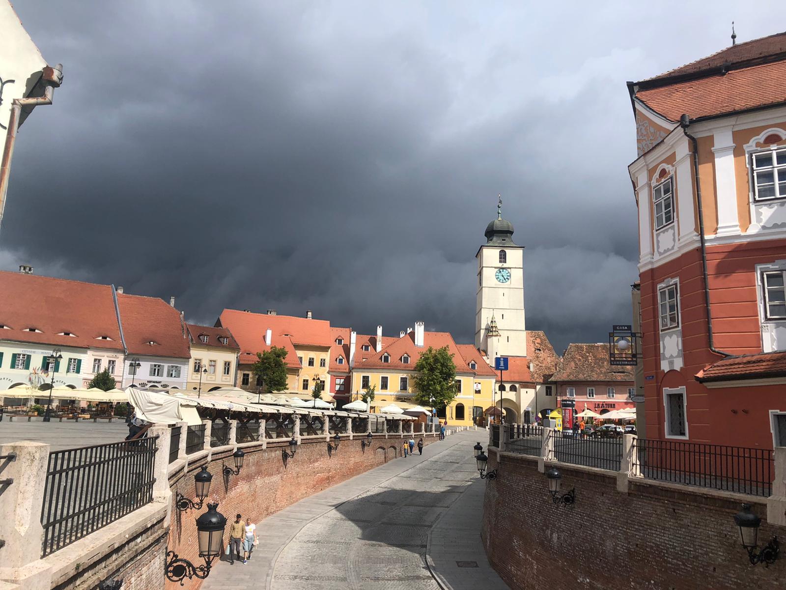 Cod portocaliu de ploi puternice în tot județul Sibiu