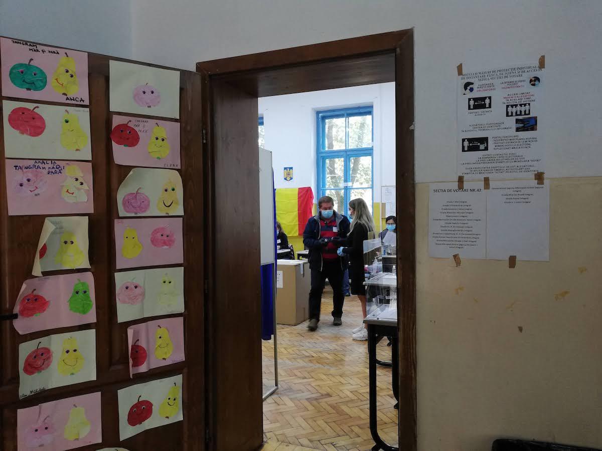 """Situația la o secție de votare din centrul Sibiului: """"Am putut număra pe degete tinerii care au venit"""""""