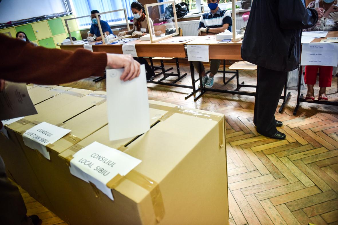 Fraudă la vot, în Agnita. Patru alegători au introdus câte patru buletine în urna pentru primar