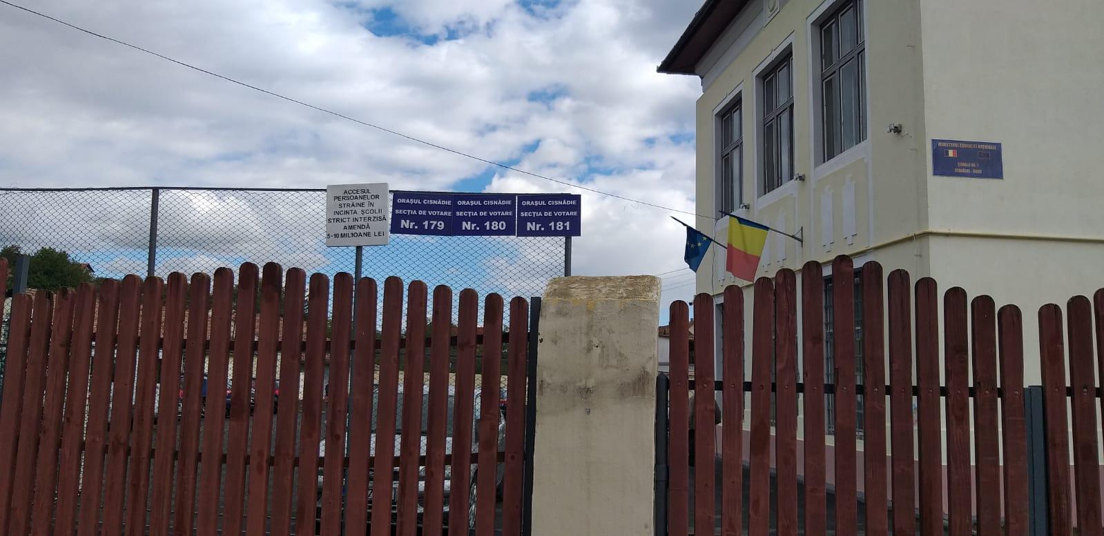 """Peste 1.200 de alegători au votat, până acum, la Grădinița Nr. 1 din Cisnădie: """"Și cei din cartierul Arhitecților au buletin de Cisnădie"""""""