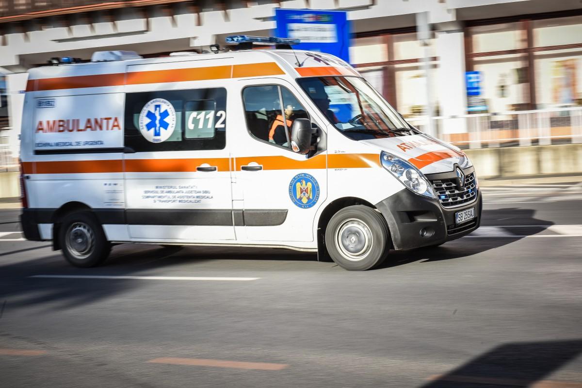 Coliziune între două autoturisme, la Mediaș. O femeie este rănită