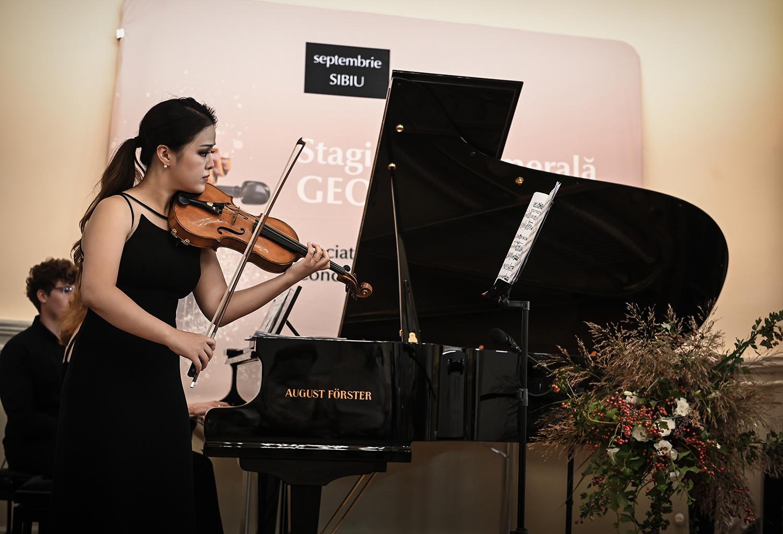 Peste 30.000 de vizionări online ale primelor două recitaluri de gală, susținute la Sibiu de câștigători ai Concursului Internațional George Enescu. Cei trei frați Zamfirescu, virtuoși ai chitarei clasice, încheie Stagiunea Camerală