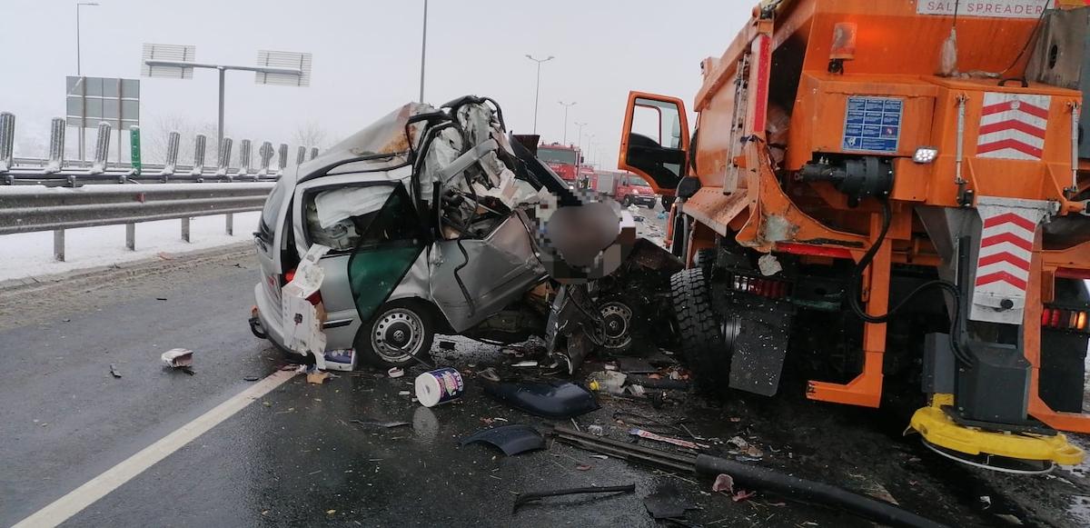 Accident mortal pe A1, între o mașină și un utilaj de deszăpezire. Trei persoane au murit