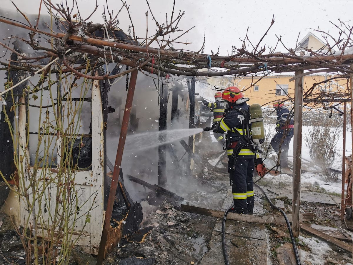 Incendiu la o magazie, în Sibiu. Focul s-a aprins din cauza unui conductor electric deteriorat