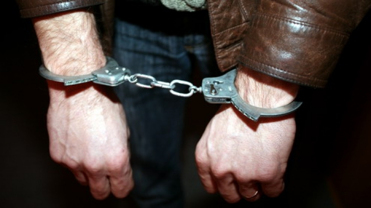 Urmărit național, prins de poliție după ce a început să se poarte ciudat într-un magazin din Șelimbăr