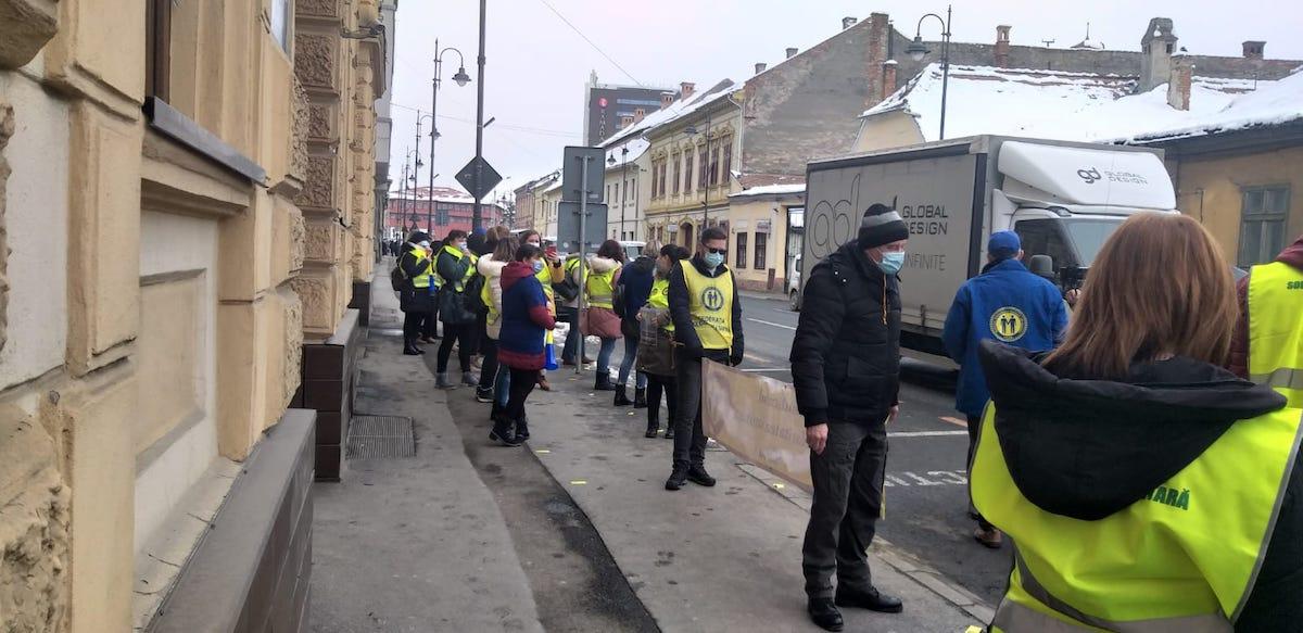 """FOTO/ VIDEO Aproximativ 40 de cadre medicale protestează în fața Prefecturii Sibiu. """"Eroii merită să fie respectați"""""""