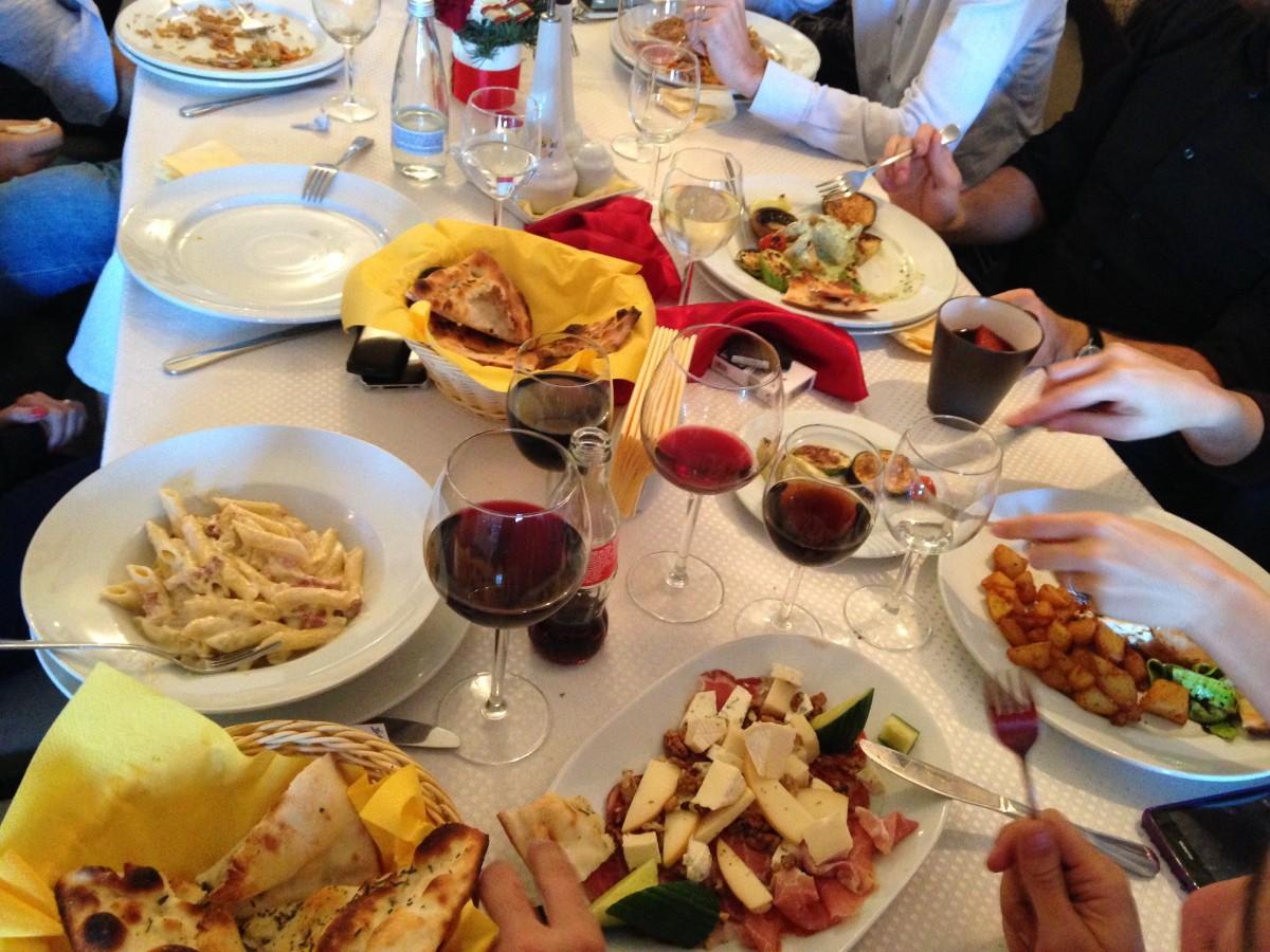 """Sibienii se bucură de redeschiderea restaurantelor: """"Seara este plin, în limita a 30% din spațiu"""""""