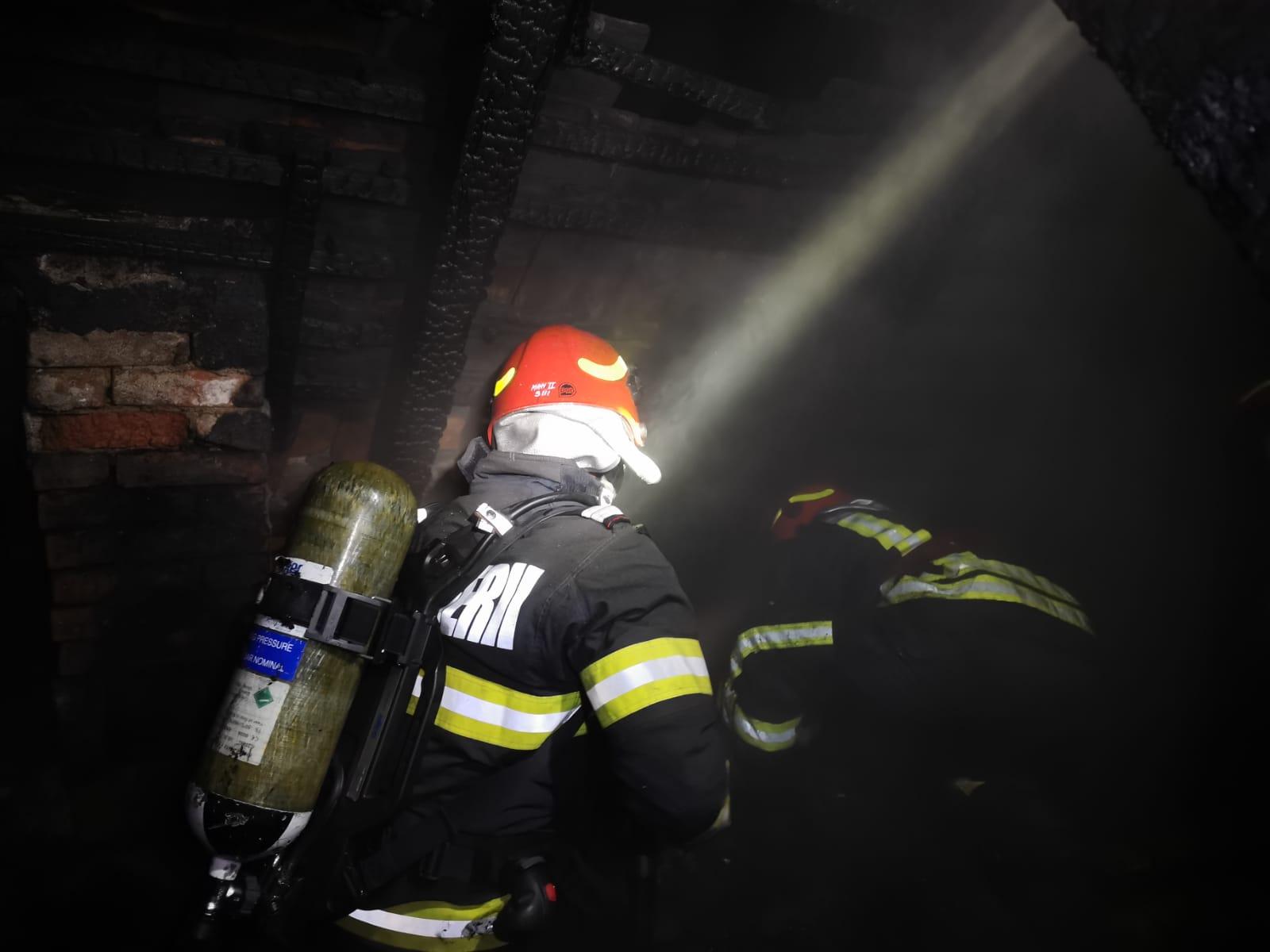 Incendiu într-o locuință din zona Gării. Doi copii au dat foc la casă