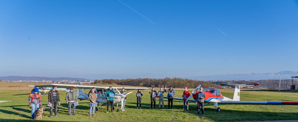 Tinerii până în 23 de ani pot să învețe gratuit să piloteze sau să sară cu parașuta