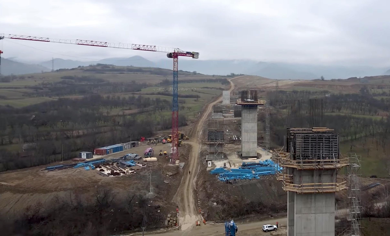 """VIDEO """"Cea mai spectaculoasă lucrare din centrul țării"""" e viaductul peste valea Tălmăcuța"""