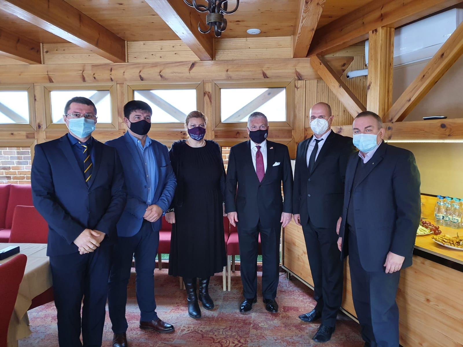 """Discuții privind deschiderea Camerei de Comerț Româno-Americane în Sibiu. """"Antreprenorul român alege și începe să gândească la nivel mondial"""""""