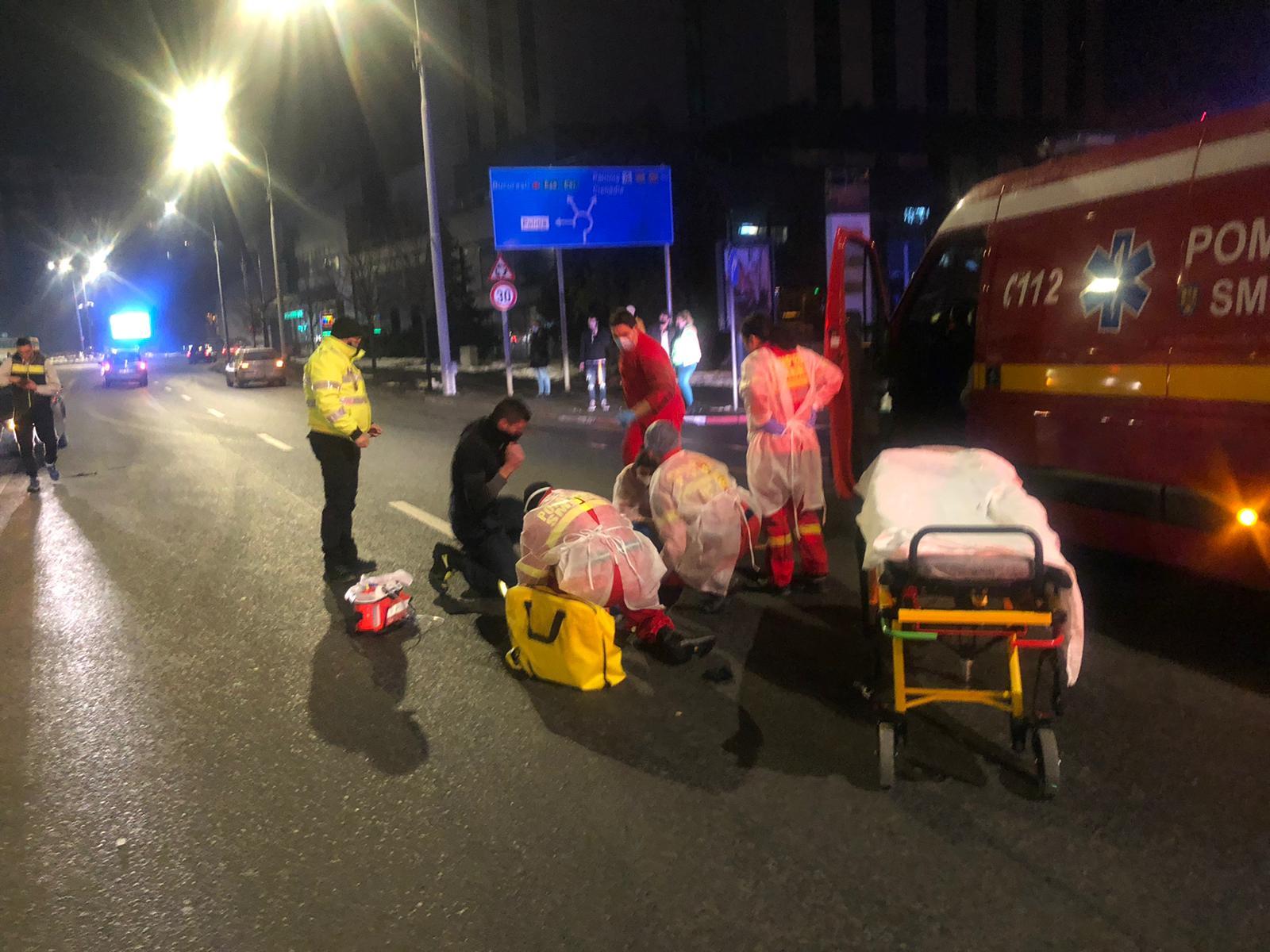 Pieton lovit de mașină în Piața Unirii. În loc să folosească pasajul, a vrut să traverseze printre mașini