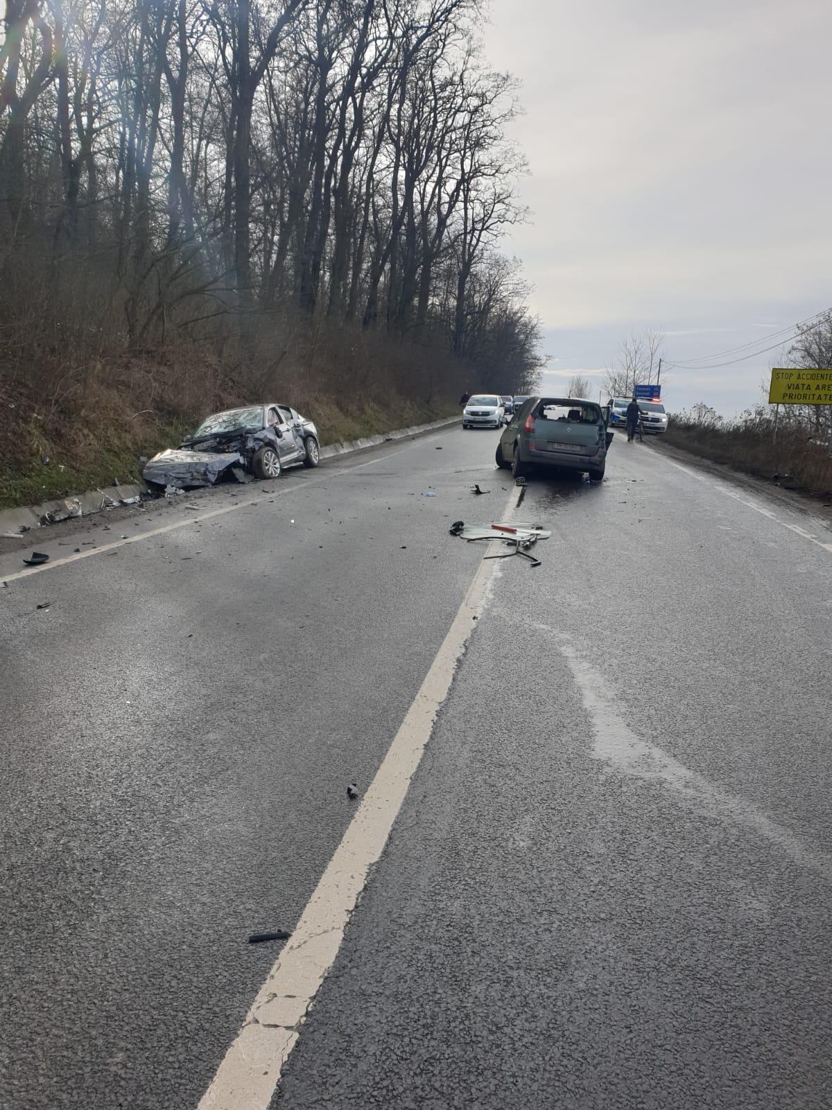 Accident la intrarea în Mediaș după ce două mașini s-au ciocnit frontal. Trei victime