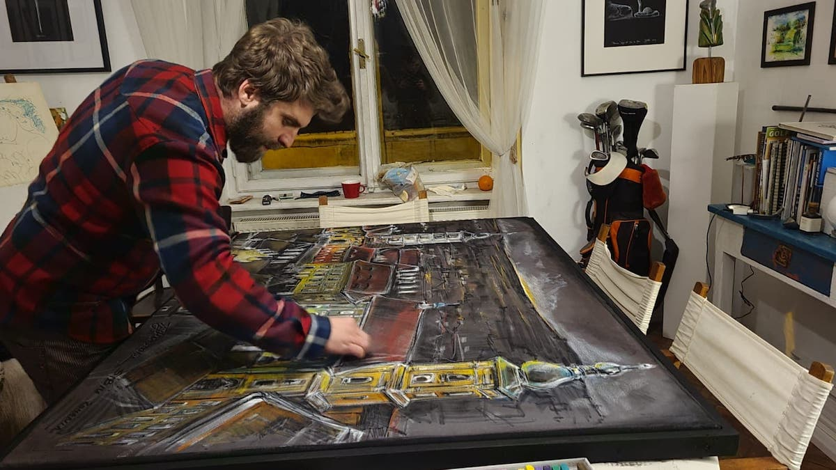 Un artist a lăsat Spania pentru Sibiu. Combină golful cu dragostea pentru pictură, într-un atelier din centrul orașului