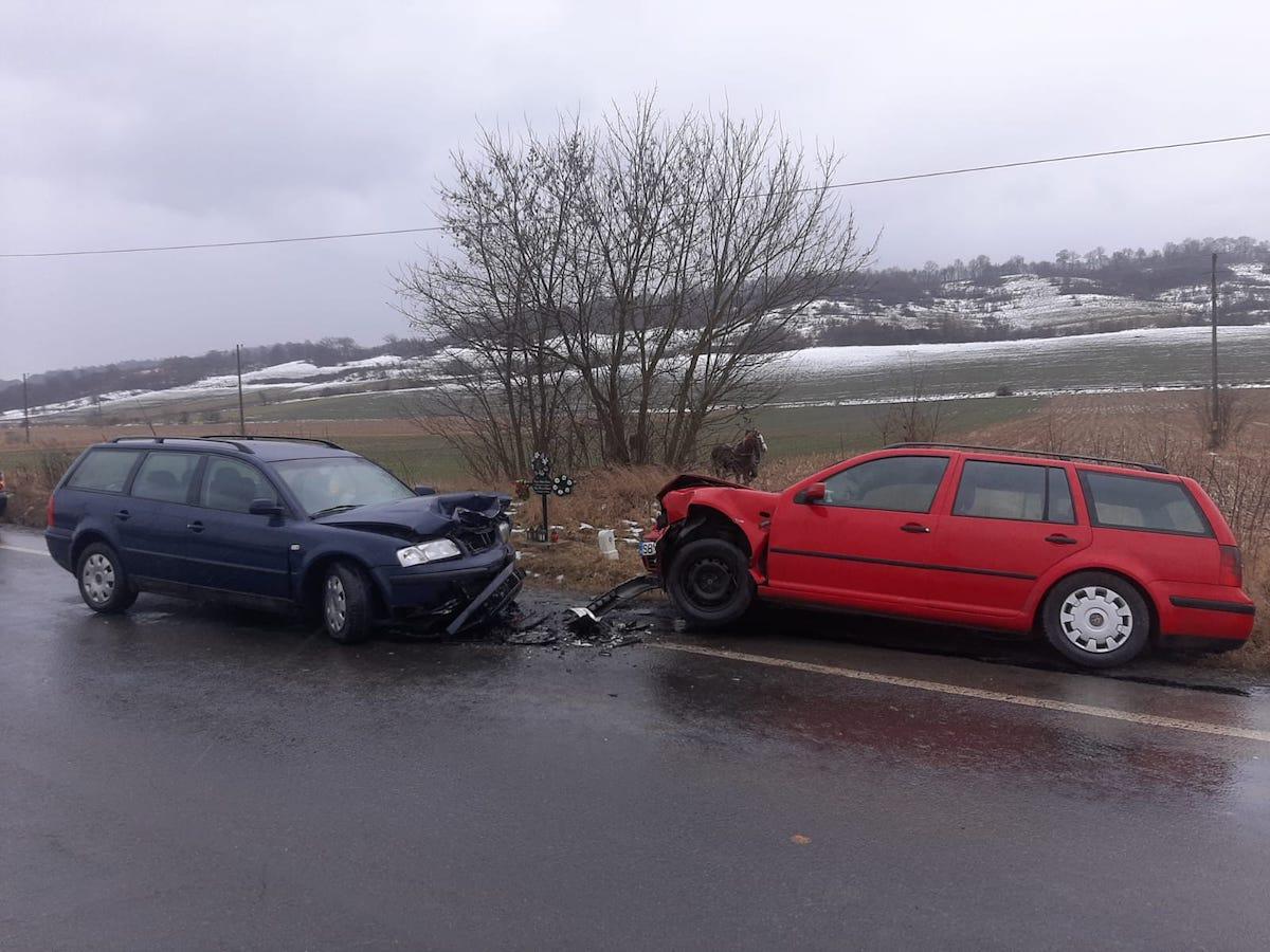 Accident provocat de un șofer care a făcut o depășire periculoasă, pe DN14. Doi bărbați sunt răniți