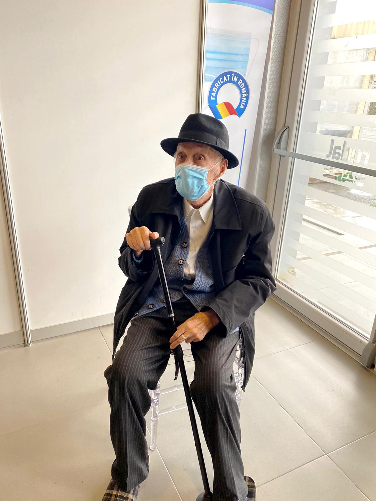 """Sibian vaccinat la 97 de ani. """"Este un luptător"""""""
