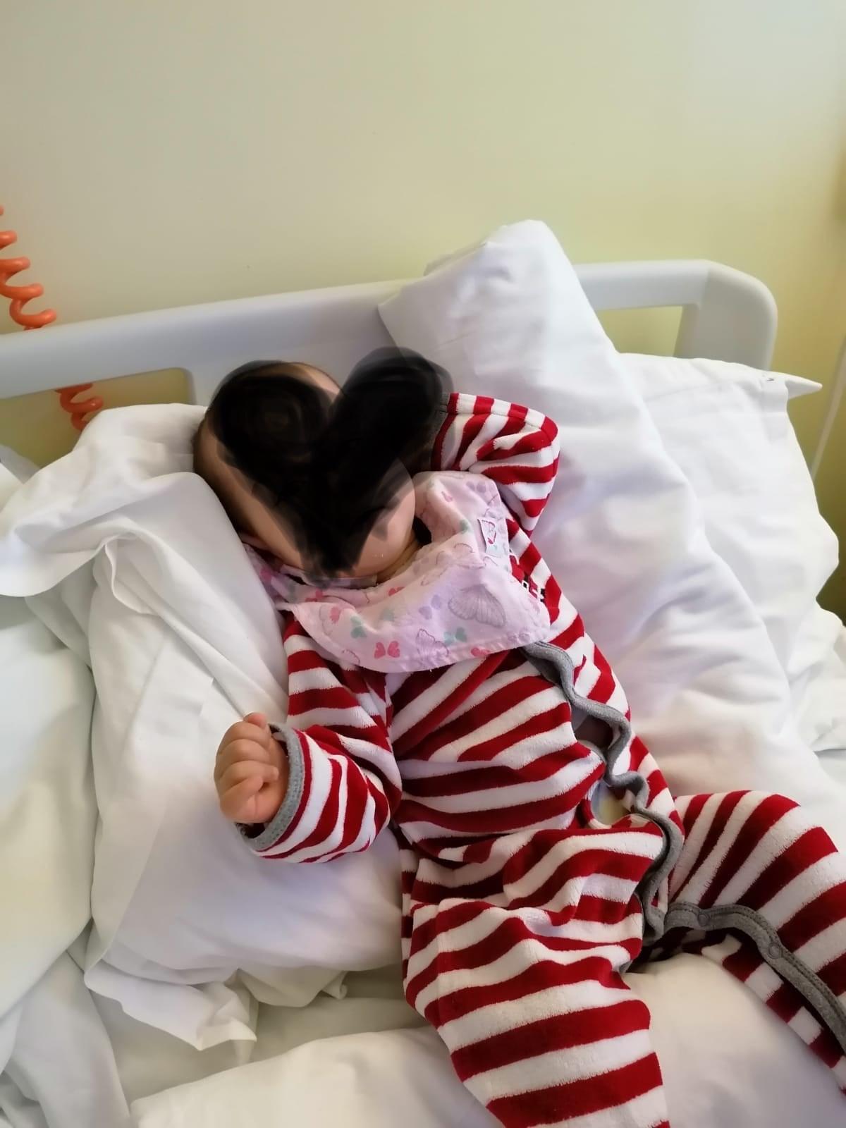 O fetiță de opt luni, grav bolnavă, a fost operată la Sibiu
