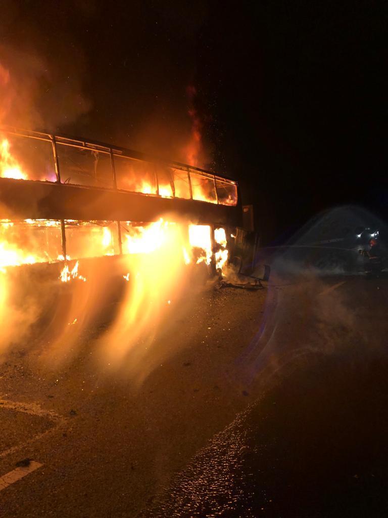 Un autocar care transporta 44 de pasageri a luat foc pe autostrada A1