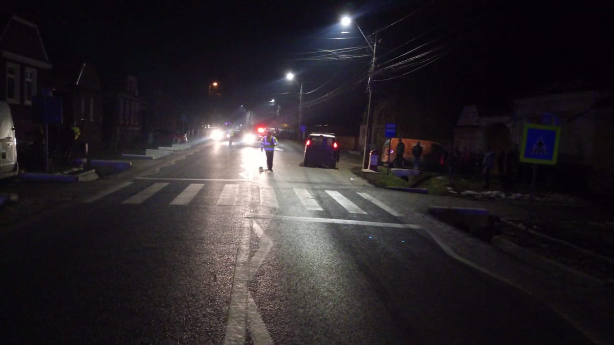 Femeie lovită de mașină, pe trecerea de pietoni. A fost transportată la spital