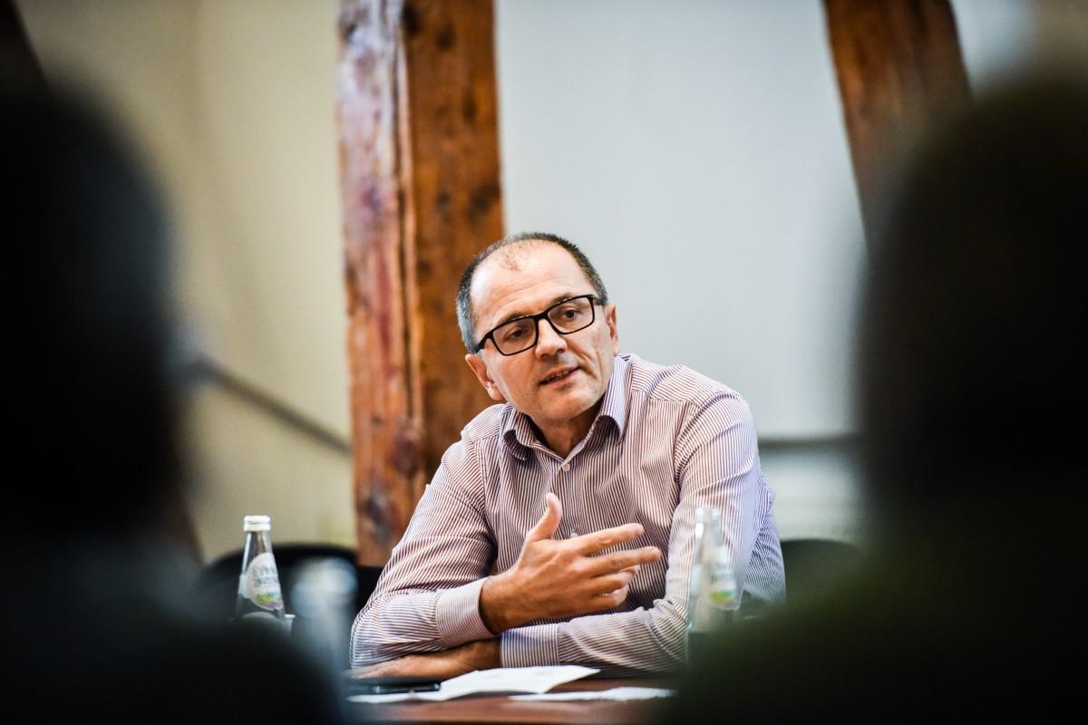 """Pile, cunoștințe și relații. Cum ajung persoanele cu influență din Sibiu să se vaccineze înaintea """"muritorilor de rând"""""""