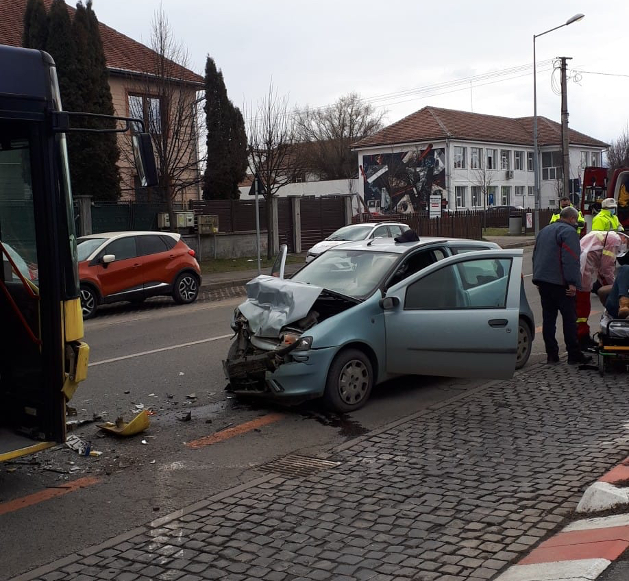 ACTUALIZARE - Autobuz Tursib implicat într-un accident frontal. Din fericire, nu avea călători