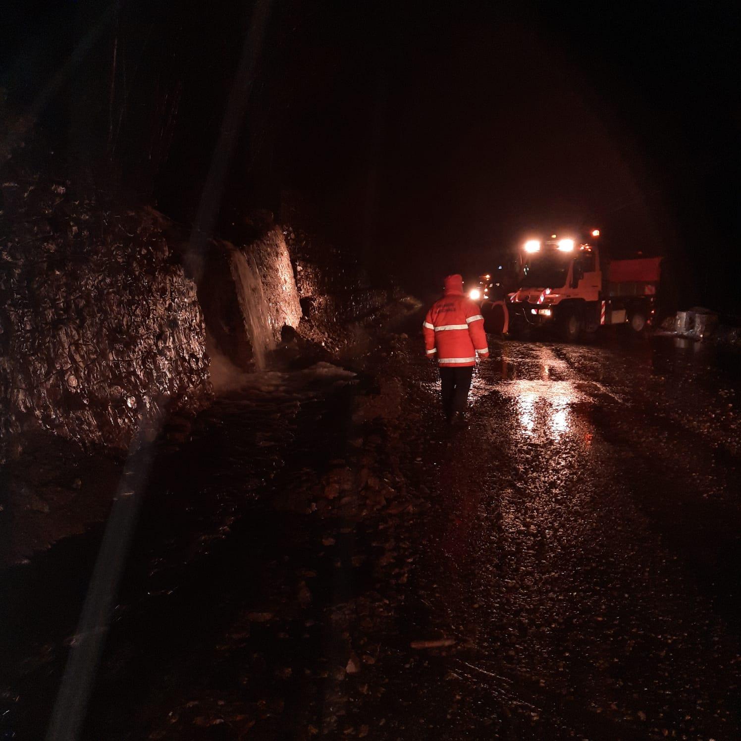 FOTO-VIDEO Căderi de pietre și trafic blocat pe Valea Oltului, un tren a deraiat