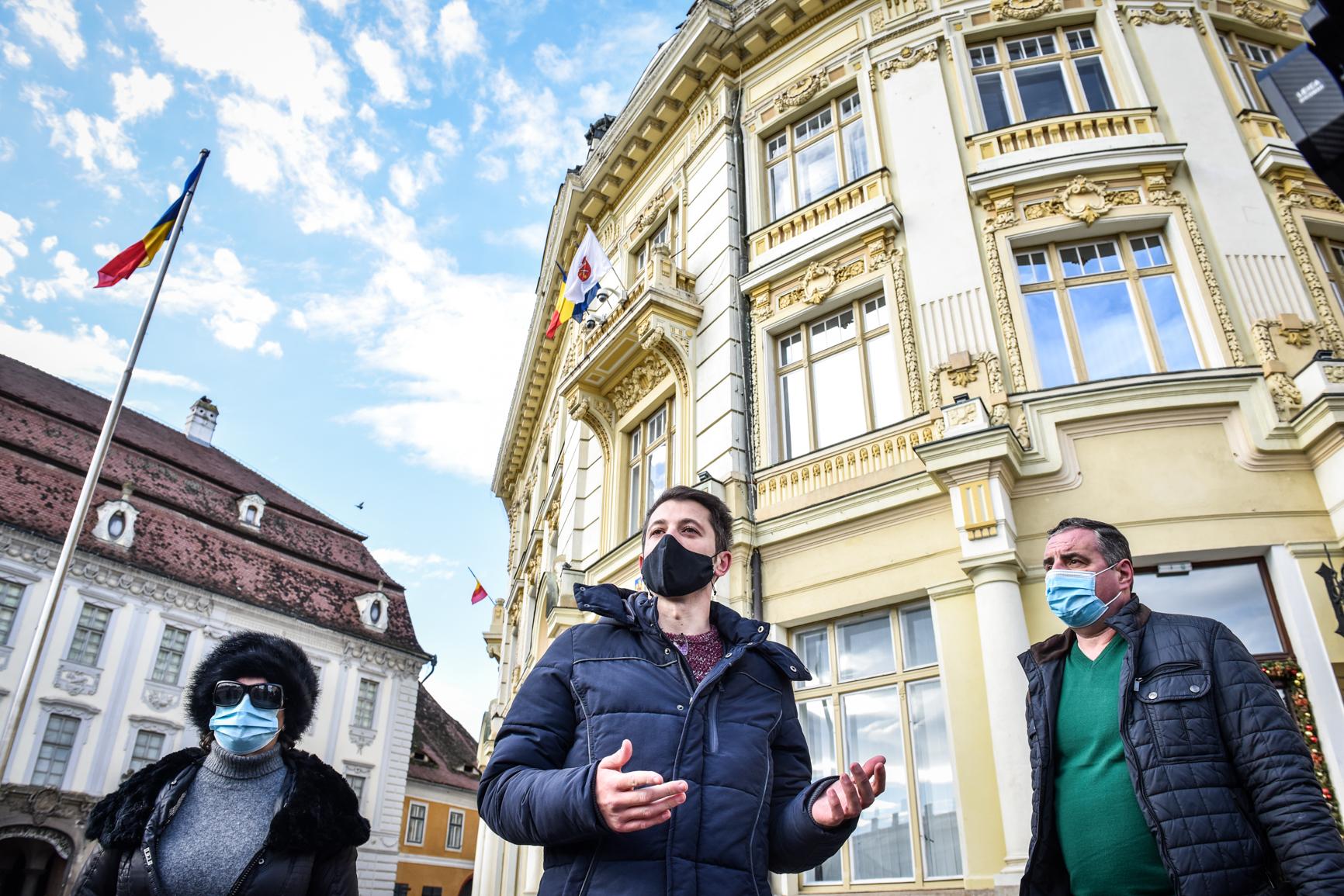 """VIDEO Protest spontan în Piața Mare împotriva taxei de salubrizare. """"Ne reîntâlnim duminică și toate pancartele le aruncăm pe jos"""""""