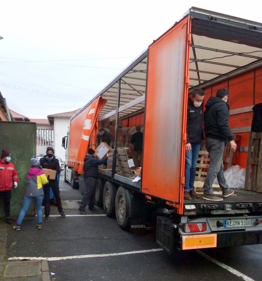 """Proiectul Camionul de Crăciun a ajuns în Copșa Mică. """"Cadourile sunt pentru toți elevii, indiferent de situația materială"""""""