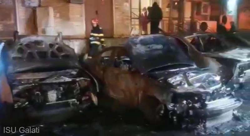 Cinci autoturisme au ars în parcarea unui bloc din zona centrală a municipiului Galaţi
