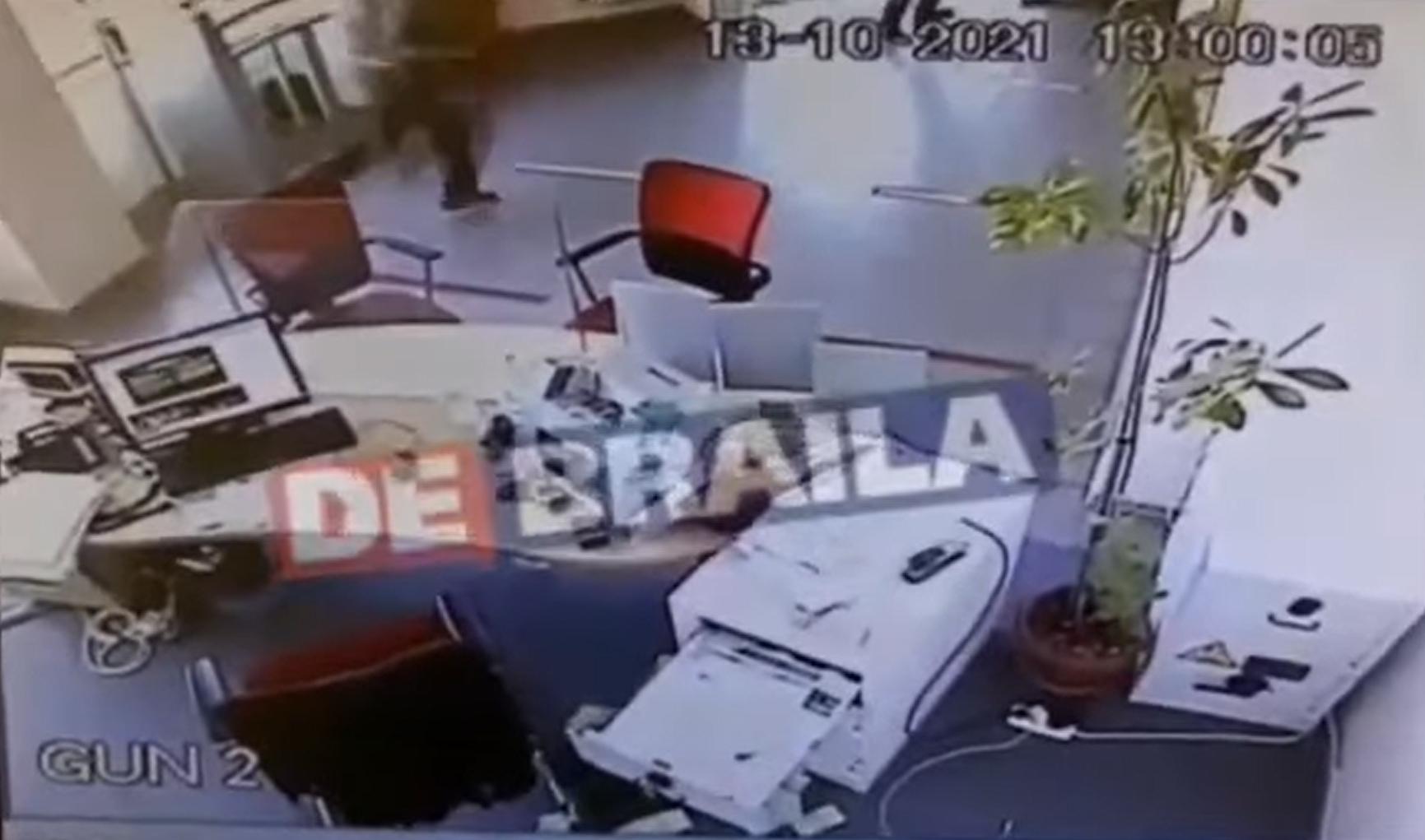 VIDEO Jaf la o bancă din Brăila, un barbat a furat câteva mii de euro după ce a amenințat-o pe casieră