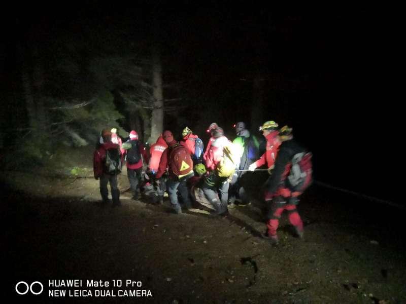 Intervenţie de 14 ore a salvamontiştilor brașoveni pentru salvarea unui bărbat care a căzut 40 de metri în gol în Munţii Bucegi
