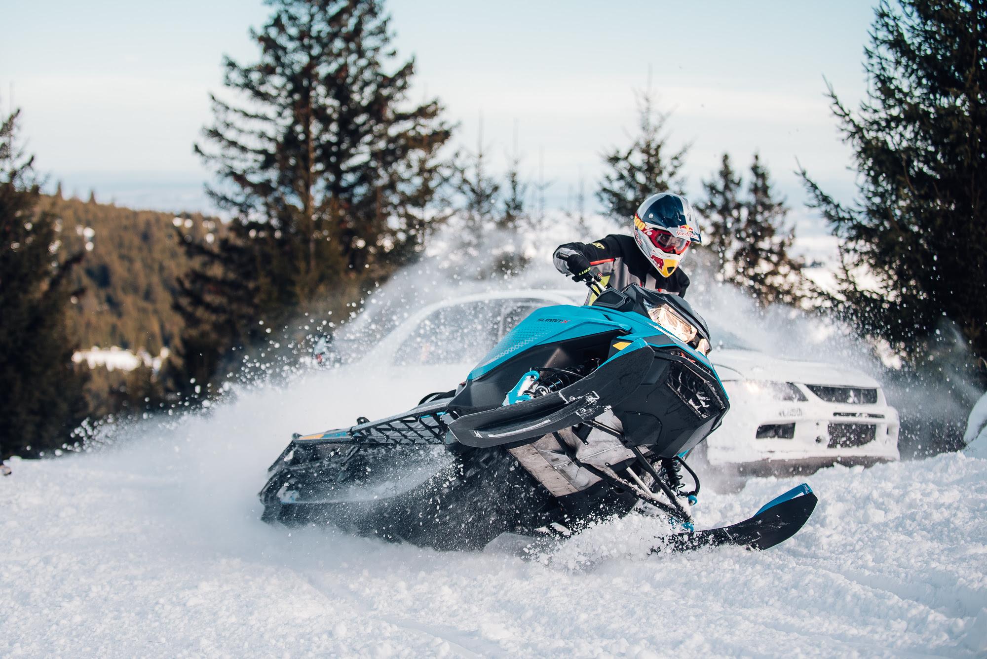 VIDEO - Concurs pe pârtie, la Arena Platoș: Mașină de curse vs. snowmobil